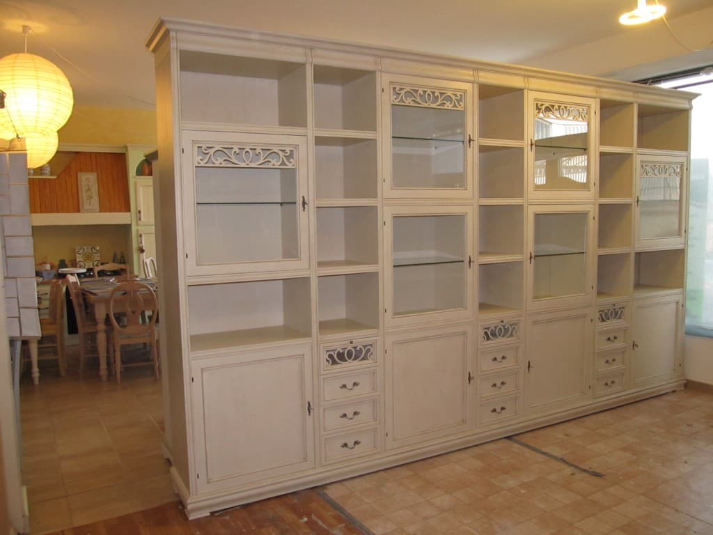 Parete libreria componibile provenzale chic for Case in stile hacienda con cortili