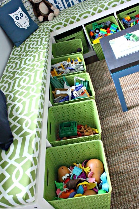 libreria con cesti e cuscini