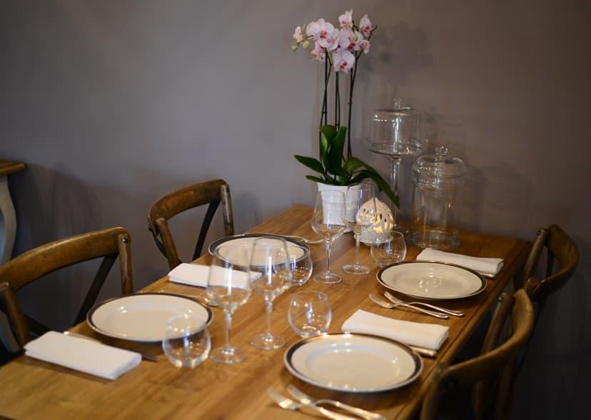 Arredare la casa con tavoli shabby chic for Arredamento ristorante shabby chic