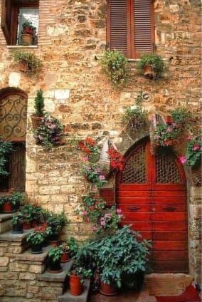 ingresso con porta rossa