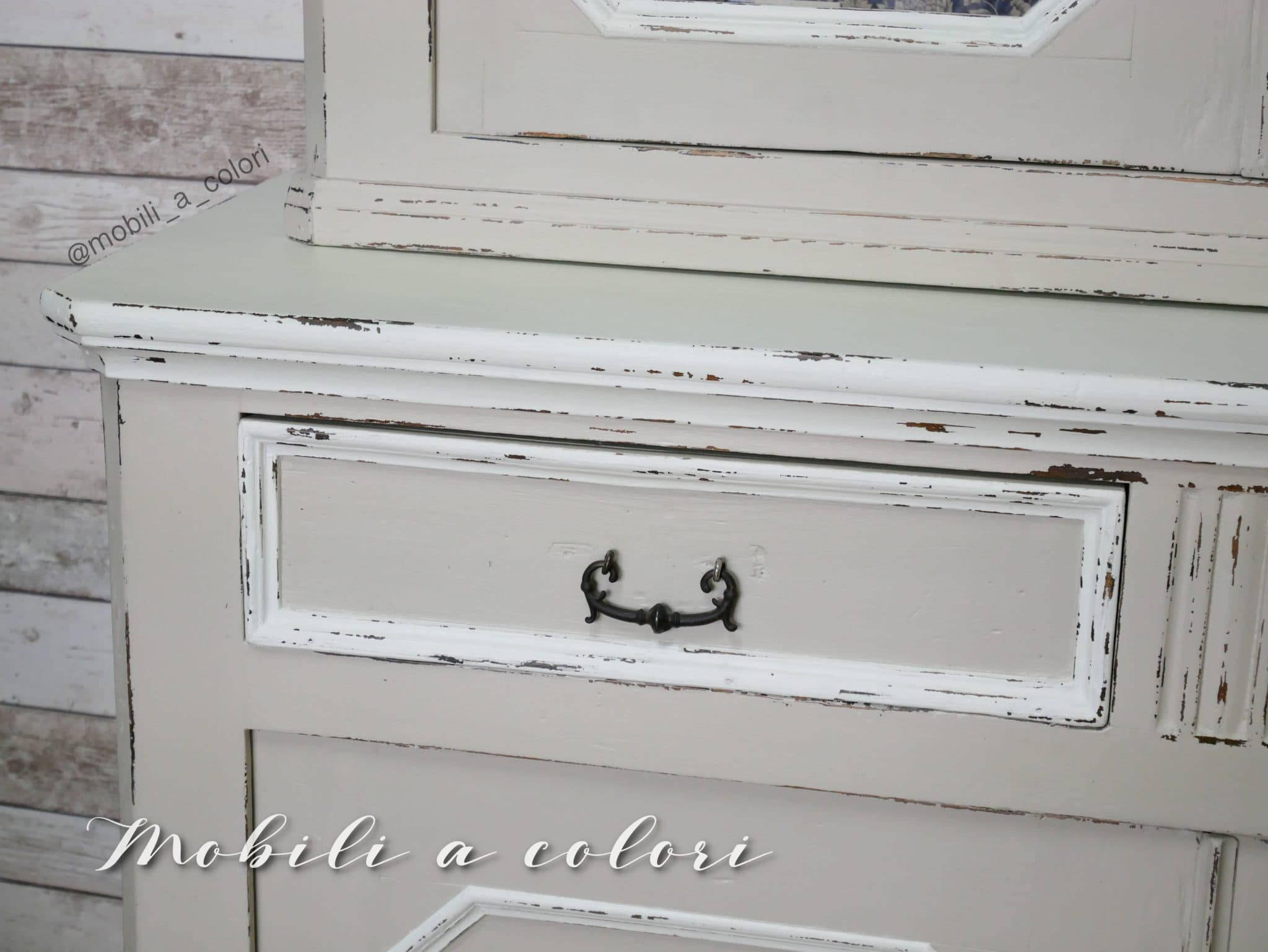 Credenza con vetrina almond dipinta a mano mobili per for Regalo credenza